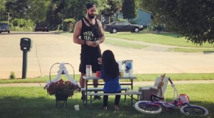 WWE Superstar seen making a purchase from lemonade stand